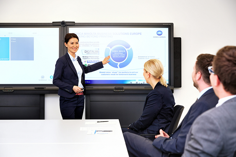 presentation_situation_4_persons_woman_presenting